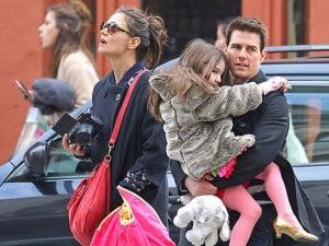 Tom Cruise leva Suri no colo em passeio por Tribeca, Nova York