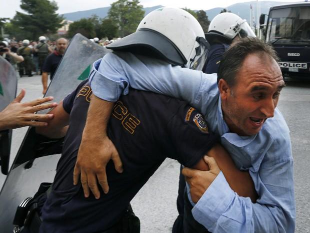 Vassilis Karakitsos, presidente da união dos trabalhadores dos estaleiros é detido durante confronto com a polícia, em Atenas. Os manifestantes exigiam o pagamento de salários atrasados a que diziam ser de direito. (Foto: Reuters)
