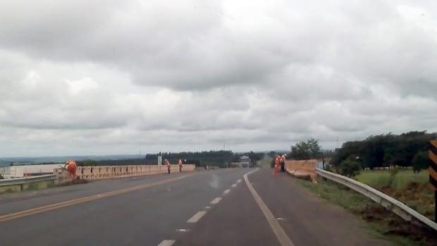 As equipes buscam acelerar a manutenção e recuperação das estradas da região, mas a própria chuva vem dificultando (Foto: Assessoria de Comunicação)