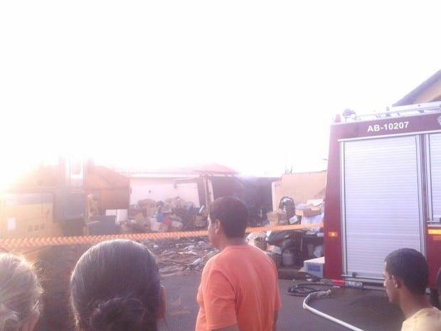 Casa de madeira pegou fogo (Foto: Thais Vasconcelos/Arquivo Pessoal)