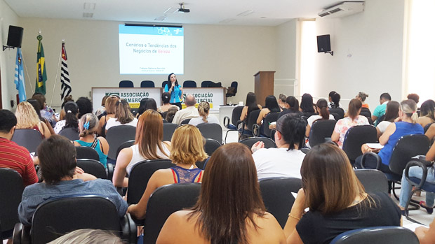 A palestra foi ministrada para cerca de 80 empresários na sede da ACIA (Foto: Divulgação)