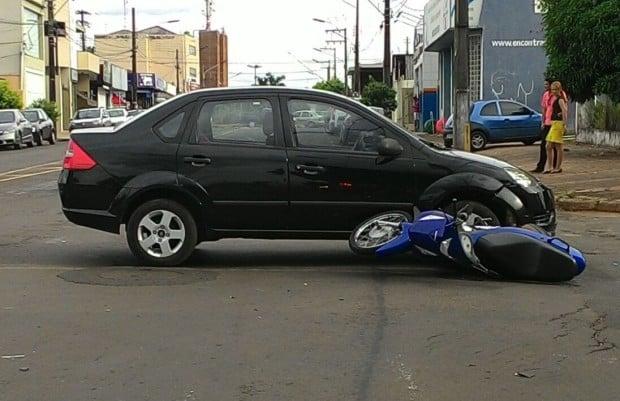 Honda Biz foi atingida quando seguia sentido rodoviária/centro (Foto: Marcos Diniz)