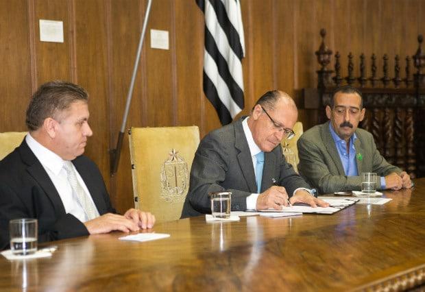 Governador Geraldo Alckmin sanciona o Projeto de Lei que reajusta o piso salarial dos trabalhadores do Estado de São Paulo (Foto: Ciete Silvério)