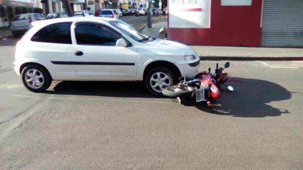 Acidente envolvendo moto e carro é registrado em cruzamento (Foto: Divulgação)