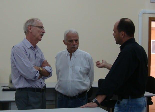 O presidente do CEE-SP Francisco Carbonari conversa com Eduardo Vella e Ulysses Guariba no Laboratório de Práticas em Ciências da Saúde (Foto: Divulgação)