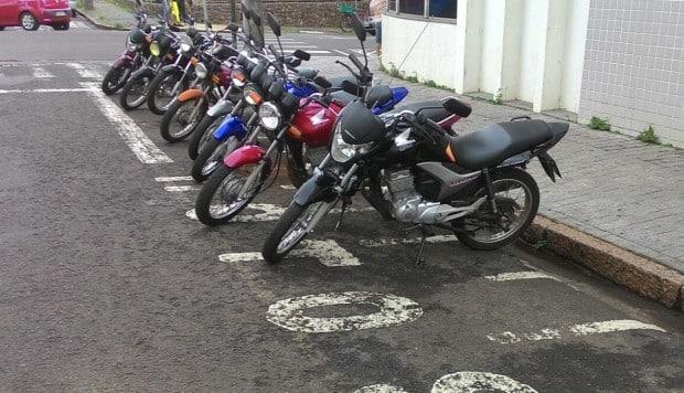 """Motocicletas devem ser estacionadas em 45° nos """"bolsões"""" (Foto: Marcos Diniz)"""