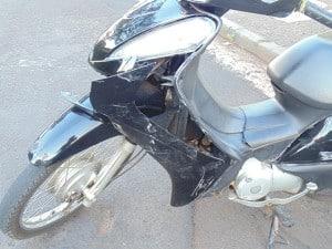 A motocicleta ficou com a carenagem quebrada (Foto: AssisNews)