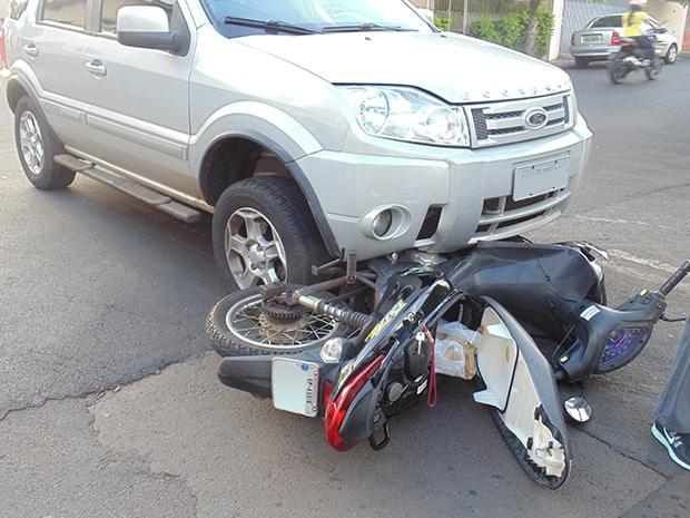 Acidente aconteceu no cruzamento da Rua Dr. Luiz Pizza (Foto: AssisNews)