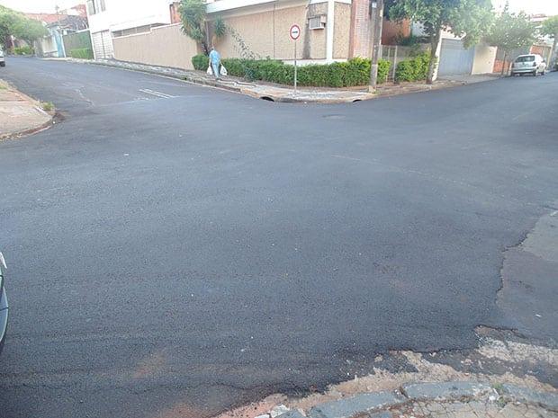 Não há sinalização horizontal (no asfalto) no cruzamento (Foto: AssisNews)