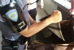 Droga estava em fundo falso de uma bolsa guardada no bagageiro de ônibus (Foto: Divulgação/Polícia Rodoviária-TOR)