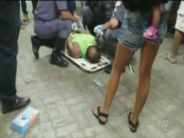Homem foi contido e imobilizado em uma maca. (Foto: TV TEM/Reprodução)