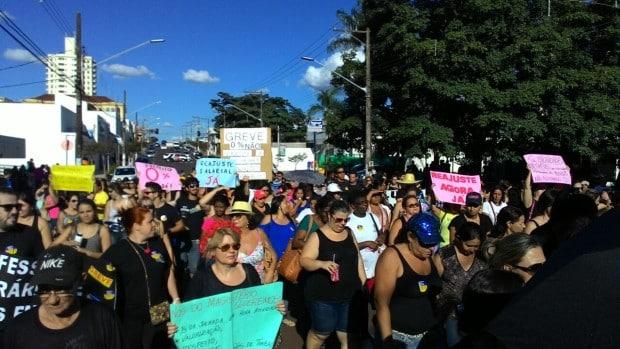 Após o ato, os manifestantes seguiram pela Avenida Rui Barbosa (Foto: Marcos Diniz)