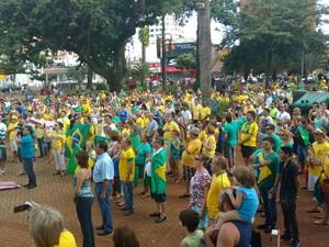 Manifestantes cantaram o Hino Nacional em Ourinhos (Foto: Fernanda Ubaid/ TV TEM)