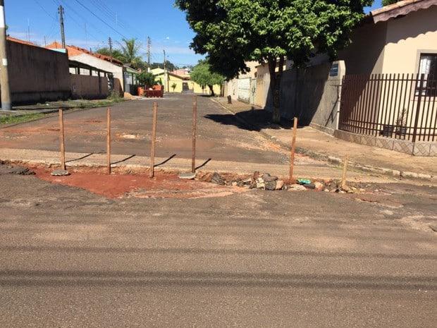Madeiras foram colocadas em buraco na Rua Londrina (Foto: Reprodução/Facebook/Claudio Costa)