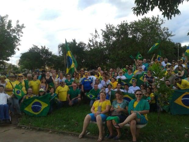 Manifestação em Paraguaçu reuniu 300 pessoas (Foto: Denise Moreira)