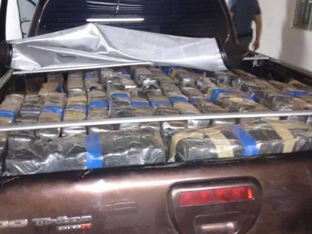 Motorista de caminhonete que transportava droga foi preso. (Foto: Polícia Militar/Divulgação)