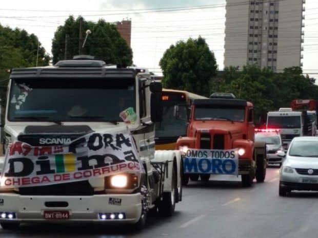Carreata em Assis protesta contra o governo da presidente Dilma (Foto: Fernanda Ubaid / TV TEM)