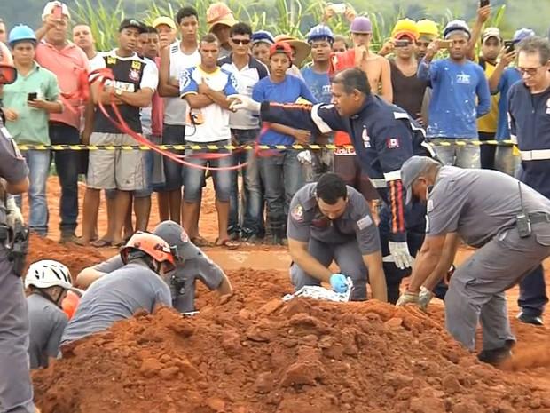 Funcionários foram resgatados sem vida pelos bombeiros (Foto: Reprodução / TV TEM)