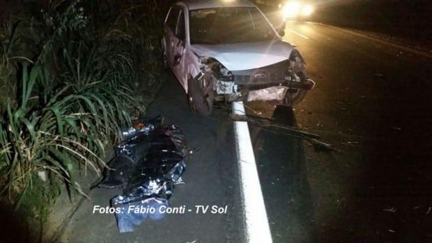 Homem foi arremesado pra fora do carro e morreu na hora (Foto: Fábio Conti/TV Sol)