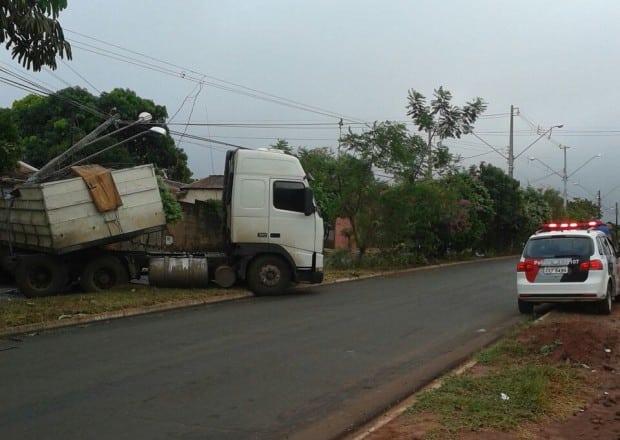 Caminhão atingiu casa e sem seguida o poste (Foto: Sidney Fernandes/Divulgação)