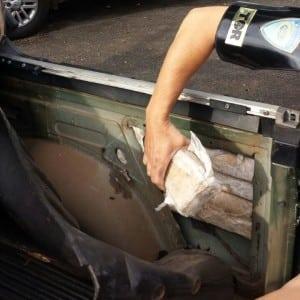 Droga estava escondida em fundo falso do veículo (Foto: Polícia Rodoviária-TOR/Divulgação)
