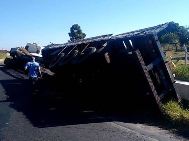 Rodas traseiras passaram por fora da pista e carroceria do caminhão tombou (Foto: Alan Schneider/TV TEM)