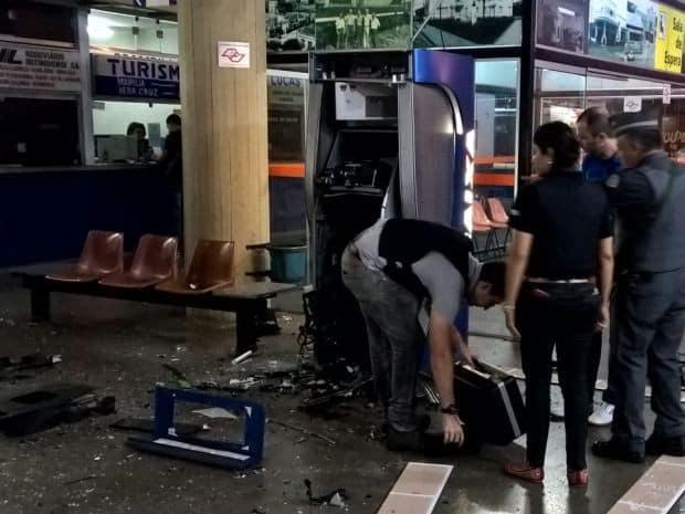 Grupo explodiu dois caixas eletrônicos e atingiu um policial com tiros de fuzil. (Foto: Netto/Divulgação)