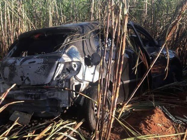 Carro pegou fogo em canavial (Foto: Reprodução / TV TEM)