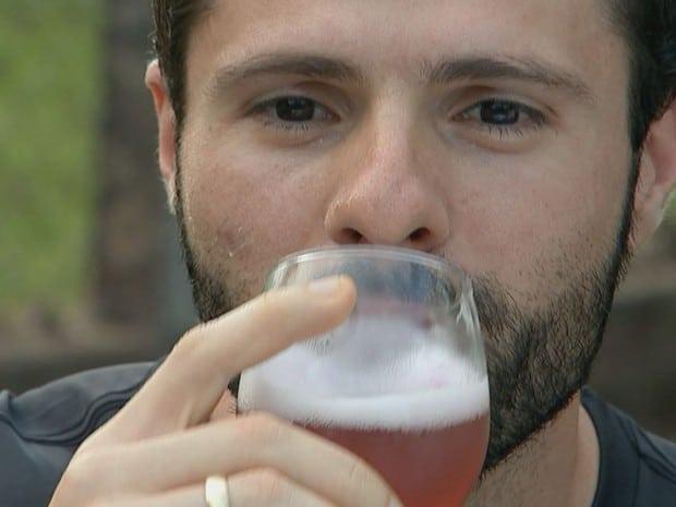 Biólogo aprovou a mistura da cerveja com jabuticaba (Foto: Reprodução / TV TEM)