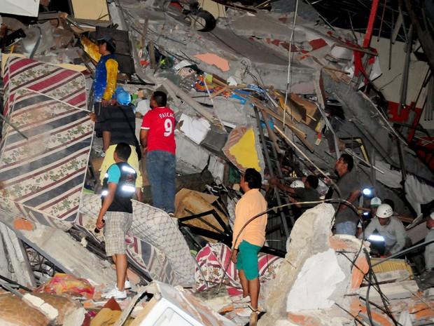 Equipe de resgate busca sobreviventes em escombros na cidade de Manta (Foto: Paul Ochoa/Reuters)