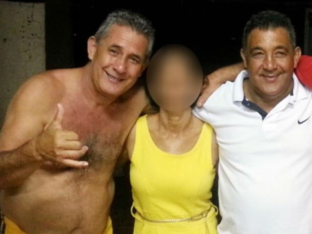 Os irmãos Claudio Cordeiro (sem camisa) e Elísio Cordeiro (camisa branca) eram os motoristas do ônibus e estão entre os mortos (Foto: Reprodução / Facebook)