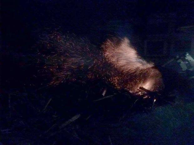 Faíscas atingiram um monte de madeira e fogo se alastrou (Foto: Valdecir Luís/ imagens cedidas )