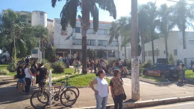 Servidores protestam em frente à Prefeitura Municipal em Assis (Foto: Cássio Cardoso)