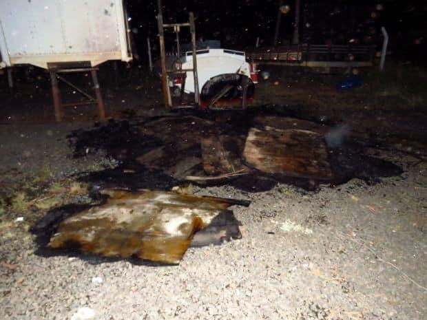 Incêndio começou em pedaços de madeira e se alastrou até o veículo (Foto: Thiago Oliveira/Visão Notícias)