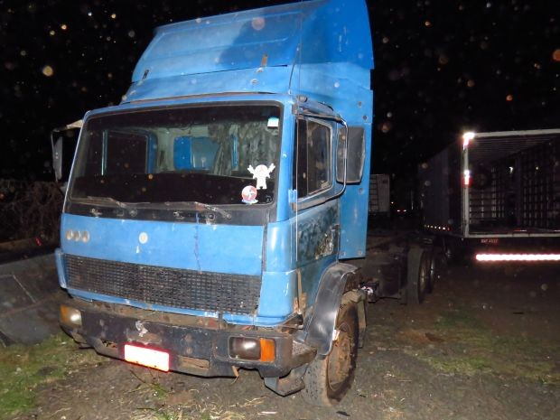 Caminhão estacionado próximo da empresa foi atingido pelo fogo (Foto: Thiago Oliveira/Visão Notícias)