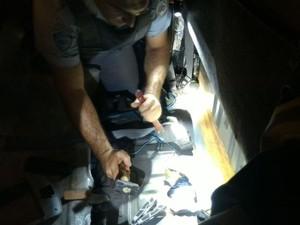Droga foi encontrada em fundo falso sob o banco traseiro (Foto: TOR/Divulgação)