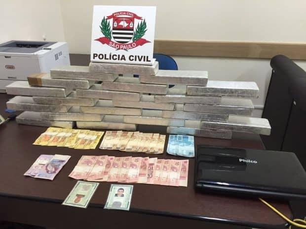 Drogas e dinheiro foram apreendidos (Foto: Polícia Civil/Divulgação)
