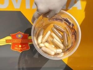 Bolivianos ingeriram cápsulas de cocaína (Foto: Polícia Rodoviária / Divulgação)