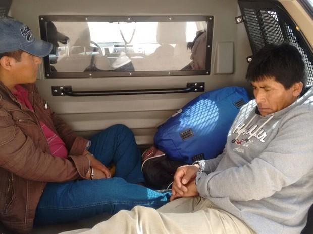 Dois bolivianos foram detidos e encaminhados para o hospital (Foto: Polícia Rodoviária / Divulgação)