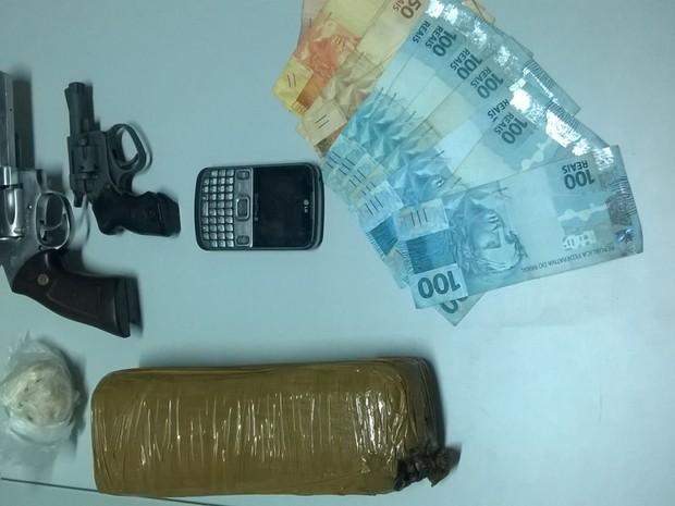 Homem foi detido com porções de droga e duas armas em Cafelândia (Foto: Polícia Militar/ Divulgação)