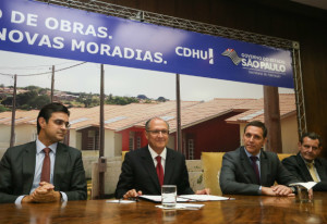 Alckmin assinando a OIS no Palácio dos Bandeirantes (Foto: Divulgação)