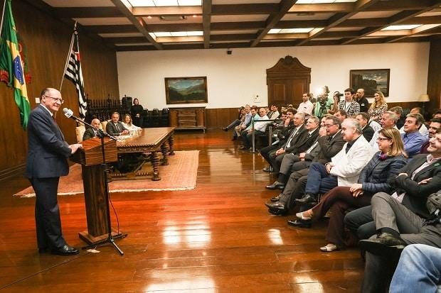 O governador do estado de São Paulo, participa da cerimônia de assinatura de convênios com 24 municípios do estado, realizada no Palácio dos Bandeirantes (Foto: Gilberto Marques/A2img)