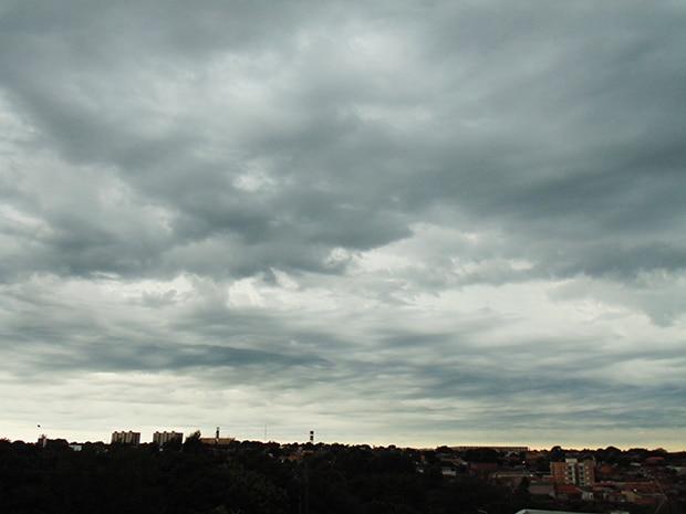 Céu de Assis na manhã deste domingo (Foto: Diego Di Paula/AssisNews)