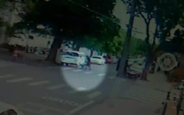 Imagem mostra agressão na rua (Foto: Reprodução / TV TEM)