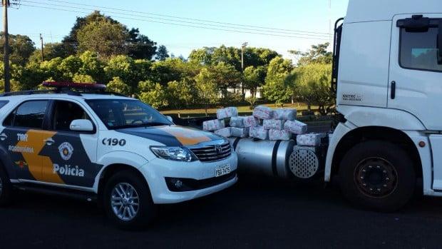 Caminhoneiro aciona guincho para transportar drogas (Foto: Polícia Rodoviária/Divulgação)