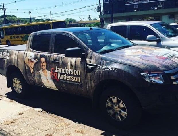 Cantores divulgaram o assalto em Nova Serrana no Facebook (Foto: Reprodução/Facebook)