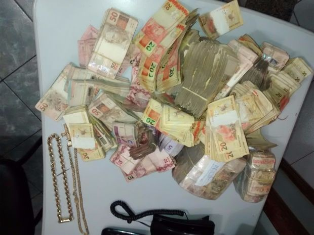 Foram apreendidos mais de R$ 310 mil em dinheiro (Foto: Polícia Rodoviária/Divulgação)