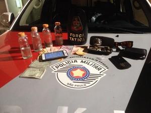 Polícia apreendeu esctasy e outros produtos com a dupla (Foto: Polícia Militar/ Divulgação)