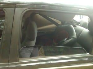 Criança estava na cadeirinha no banco de trás do veículo (Foto: Polícia Militar/ Divulgação)