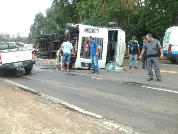 Caminhoneiro teve ferimentos leves no acidente (Foto: Polícia Militar/ Divulgação)